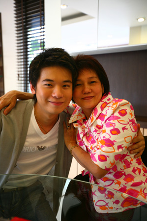 top ittipat with his mother